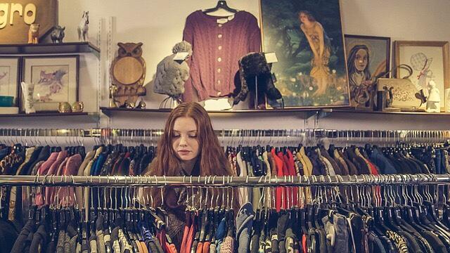 Pekerja Toko Baju dan Pakaian
